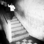 la descente des marches photo noir et blanc technique grain argentique par Guy Monnet de la série rencontre Inde
