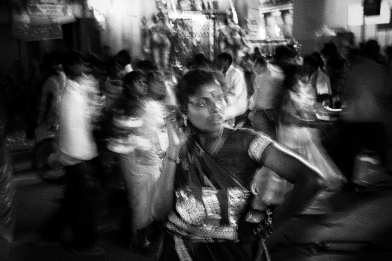photo floue technique grain argentique par Guy Monnet de la série rencontre Inde