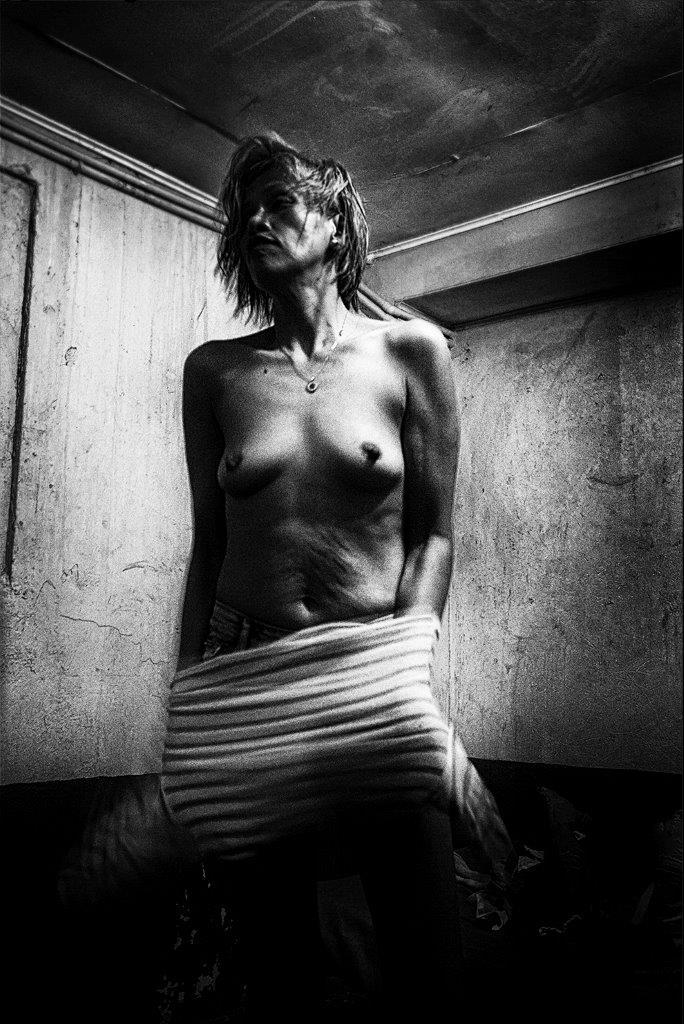 la guerrière prostituée de la série cris dans la nuit Colon street Cebu Philippines photo de Guy Monnet noir et blanc