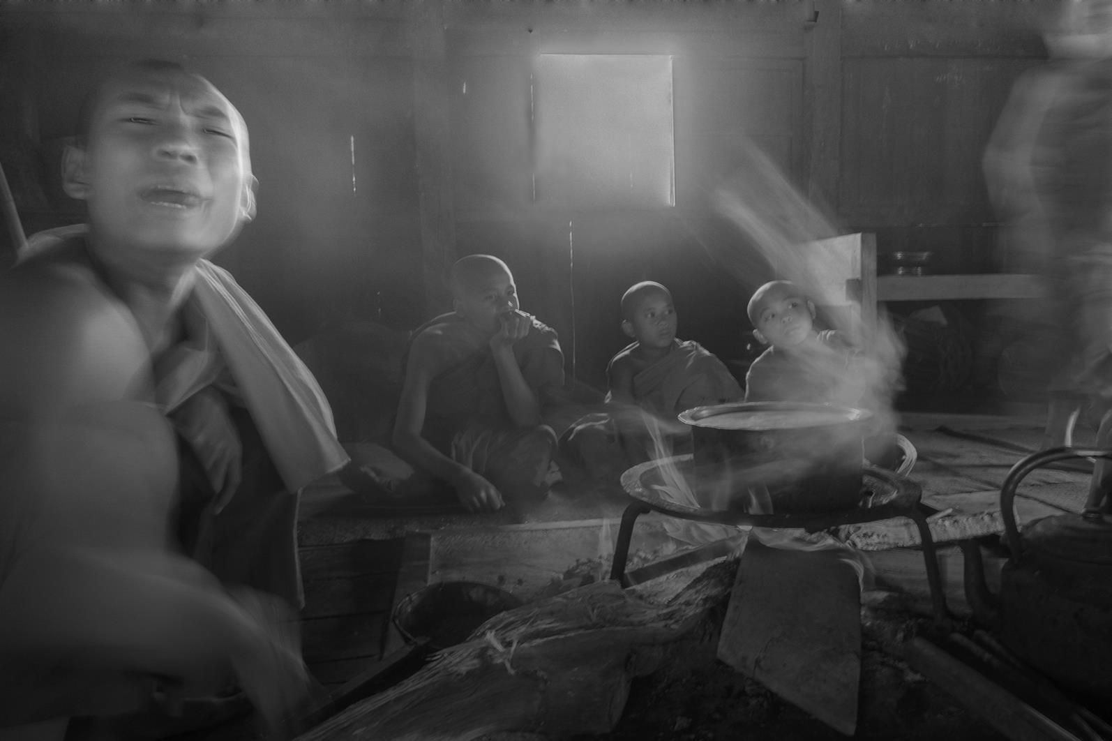 Photo floue, noir et blanc technique grain argentique par Guy Monnet de la série rencontre Inde