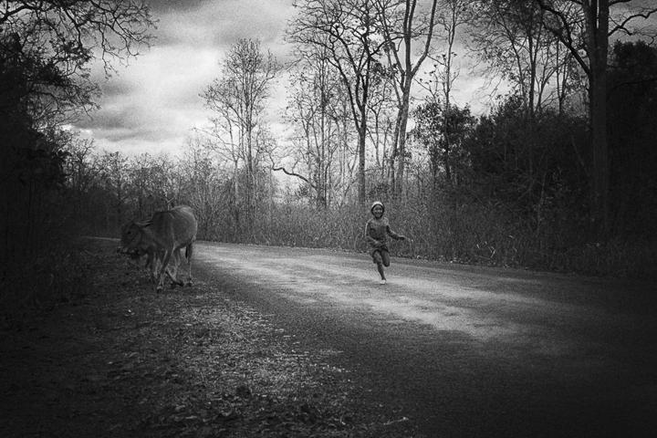 Photo contraste noir et blanc technique grain argentique par Guy Monnet de la série rencontre Inde