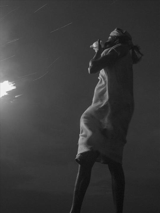 le chant du coquillage photo de nuit haute lumière contraste technique grain argentique par Guy Monnet noir et blanc de la série célébration de la lumière, Shiva, Arunachala Tamil Nadu Inde