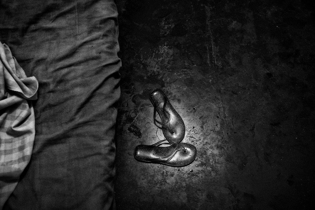 le lit et les tongs prostituée de la série cris dans la nuit Colon street Cebu Philippines photo de Guy Monnet noir et blanc