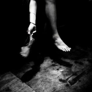 le pied prostituée de la série cris dans la nuit Colon street Cebu Philippines photo de Guy Monnet noir et blanc