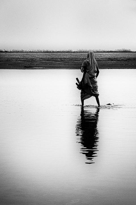 les pieds dans l'eau photo noir et blanc technique grain argentique par Guy Monnet de la série Assam Inde