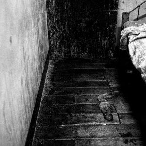les tongs sur le plancher prostituée de la série cris dans la nuit Colon street Cebu Philippines photo de Guy Monnet noir et blanc