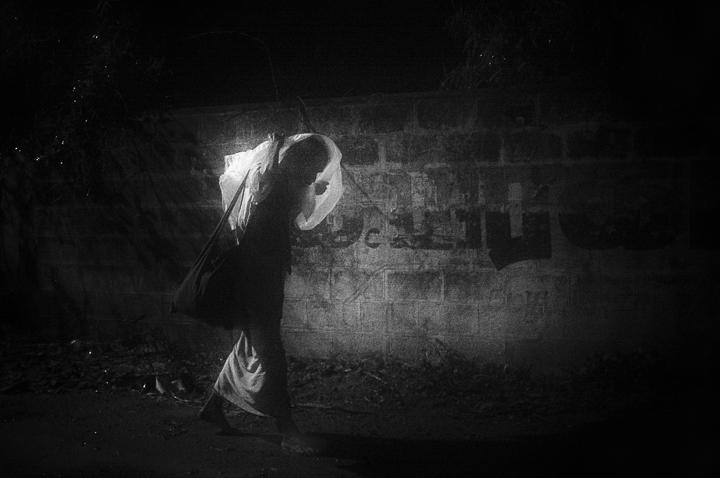 luciole photo de nuit haute lumière contraste technique grain argentique de Guy Monnet noir et blanc de la série rencontre nocturne