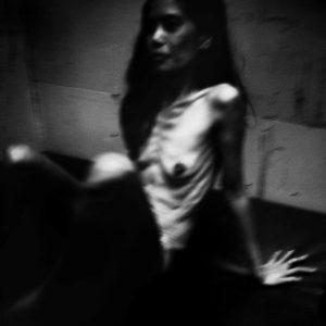 maigreur et lumière prostituée Colon street Cebu Philippines photo de Guy Monnet noir et blanc de la série cris dans la nuit