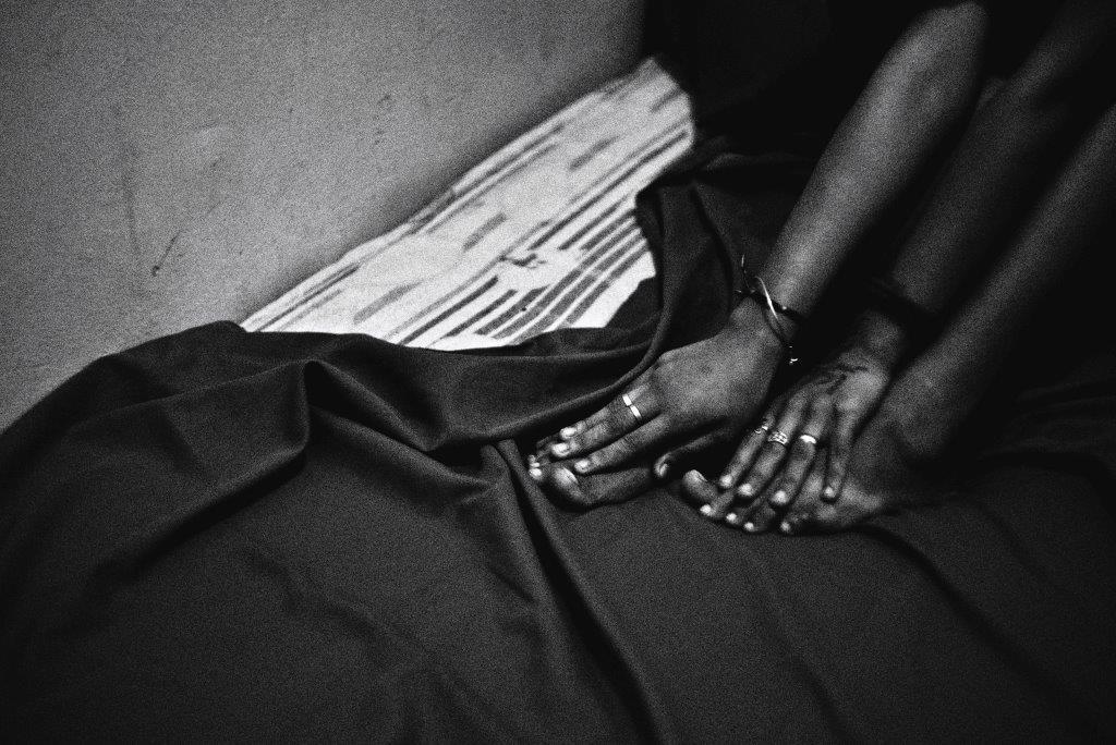 mains pieds photo de Guy Monnet noir et blanc de la série cris dans la nuit