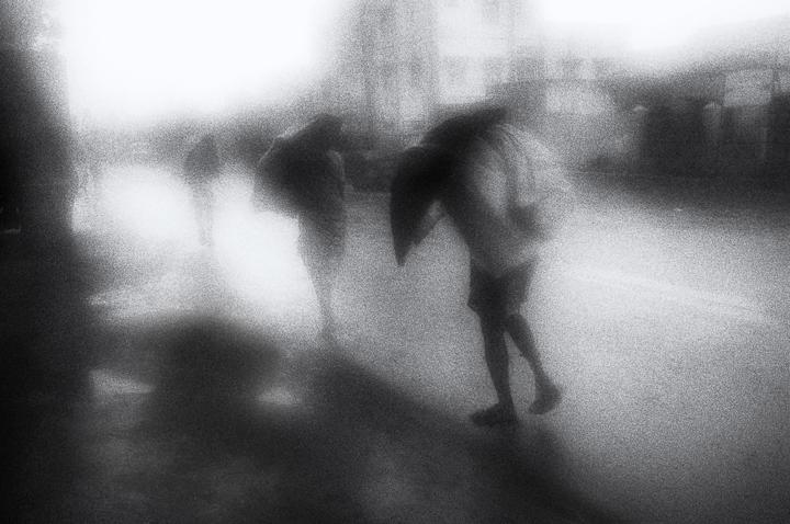 Photo floue, brouillard, noir et blanc technique grain argentique par Guy Monnet de la série rencontre Inde