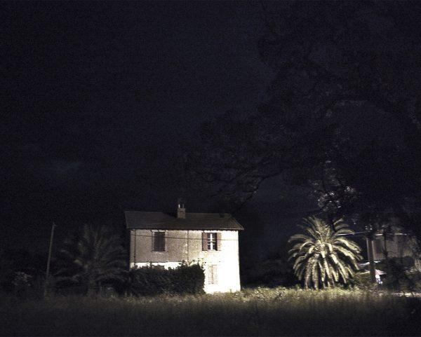 petite maison st martin de crau photo couleur de Guy Monnet de la série Murmure de lumière