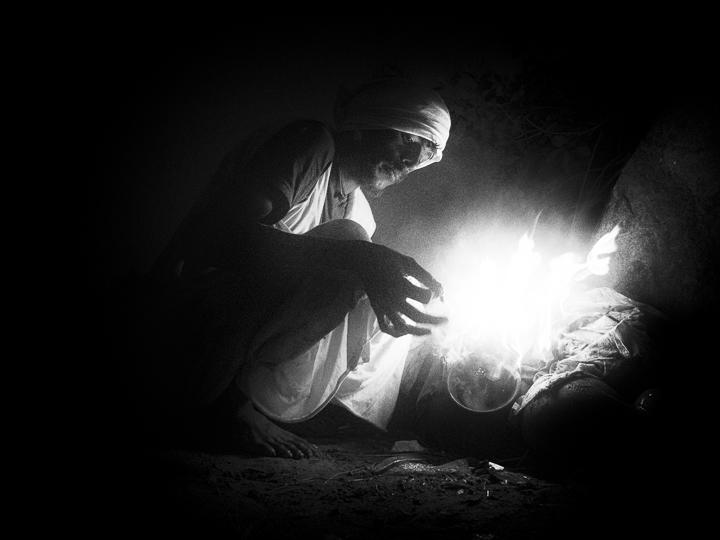 pose cigarette photo de nuit haute lumière contraste technique grain argentique par Guy Monnet noir et blanc de la série célébration de la lumière, Shiva, Arunachala Tamil Nadu Inde