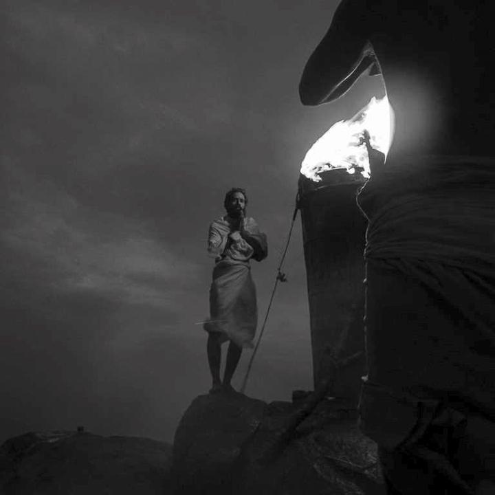 photo priére, rituel hindous shivas de Guy Monnet noir et blanc de la série Karthikai Deepam Tamil Nadu Inde