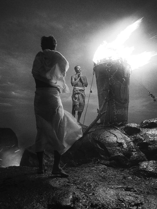 Prière photo contraste technique grain argentique par Guy Monnet noir et blanc de la série célébration de la lumière, Shiva, Arunachala Tamil Nadu Inde
