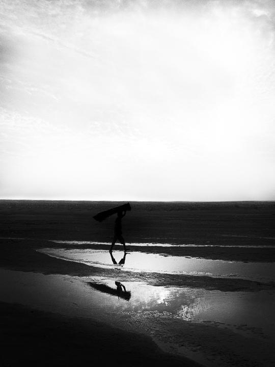 reflet de jambes photo noir et blanc technique grain argentique par Guy Monnet de la série Assam Inde