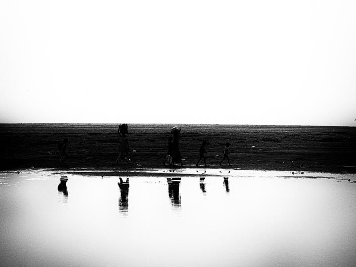 reflet sur la rivière photo noir et blanc technique grain argentique par Guy Monnet de la série Assam Inde