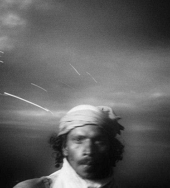 regard deepam photo de nuit haute lumière contraste technique grain argentique par Guy Monnet noir et blanc de la série célébration de la lumière, Shiva, Arunachala Tamil Nadu Inde