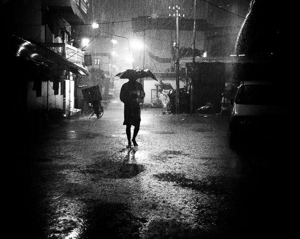 photo de nuit haute lumière contraste technique grain argentique de Guy Monnet noir et blanc de la série rencontre nocturne