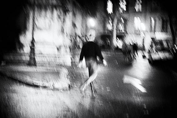 sens de marche place des Prêcheurs grain photographique 13100 Aix en Provence photo de Guy Monnet noir et blanc de la série flânerie aixoise