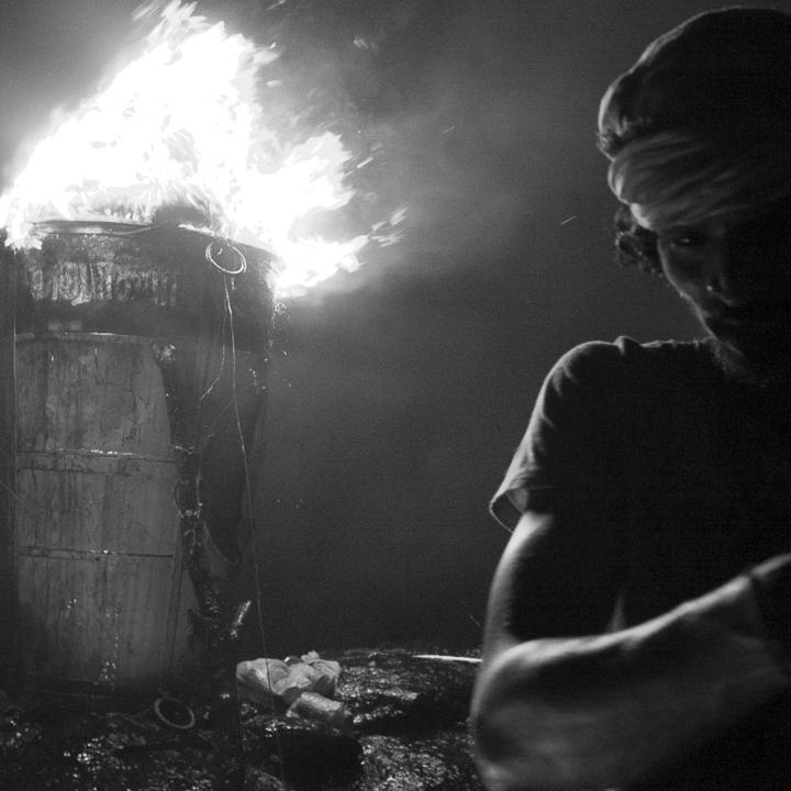 rituel hindous photo contrasté de Guy Monnet noir et blanc de la série Karthikai Deepam Tamil Nadu Inde