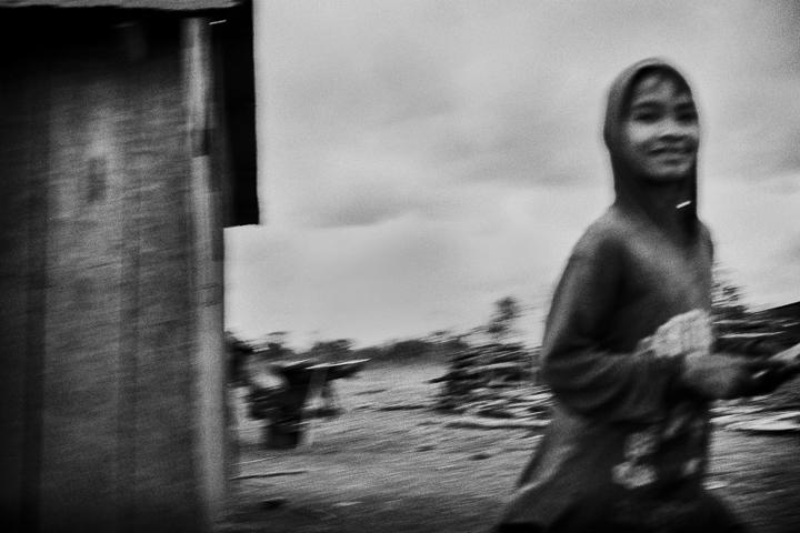 sourire sous la pluie technique grain argentique de Guy Monnet noir et blanc