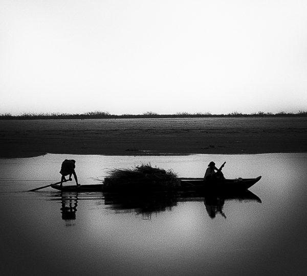sur la rivière photo noir et blanc technique grain argentique par Guy Monnet de la série Assam Inde