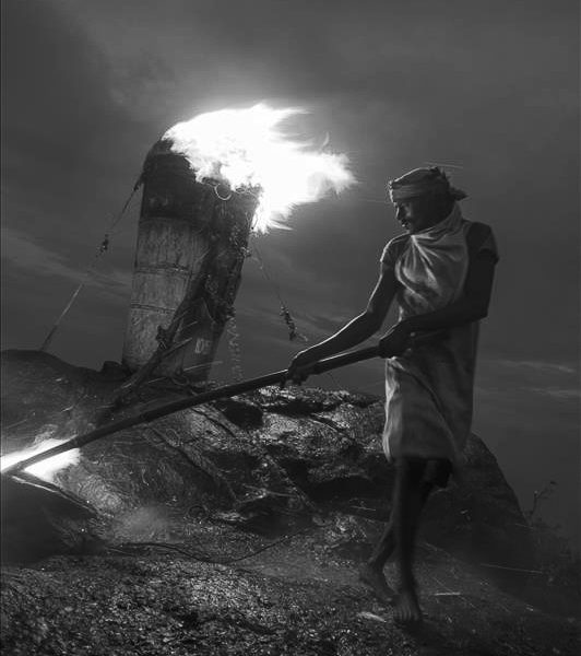 tituel du feu deepam photo de nuit haute lumière contraste technique grain argentique par Guy Monnet noir et blanc de la série célébration de la lumière, Shiva, Arunachala Tamil Nadu Inde