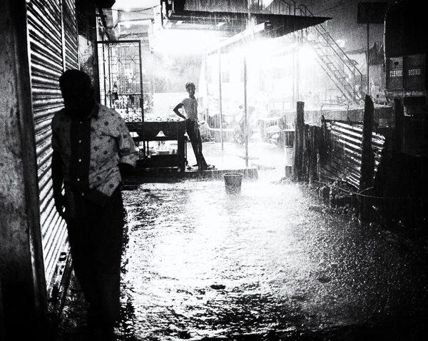 trombe d'eau photo de nuit haute lumière contraste technique grain argentique de Guy Monnet noir et blanc de la série rencontre nocturne