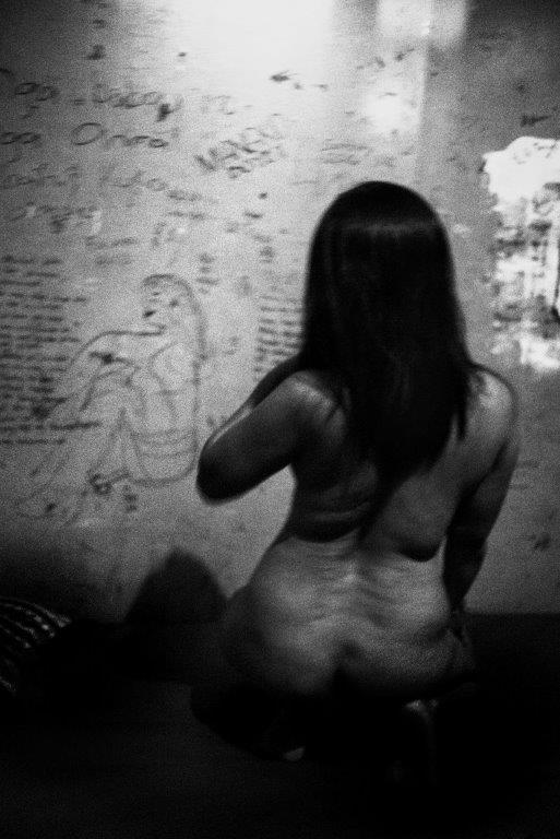 un corps dessiné prostituée Colon street Cebu Philippines photo de Guy Monnet noir et blanc de la série cris dans la nuit