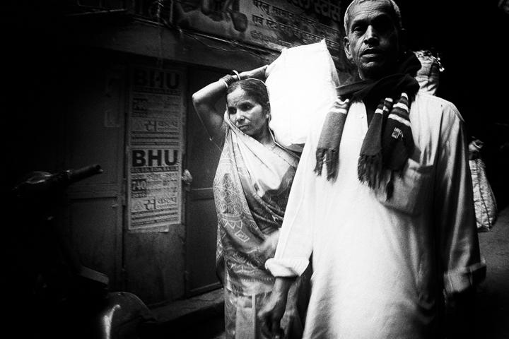 un homme et une femme dans la rue photo contraste technique grain argentique de Guy Monnet noir et blanc de la série Tamil Nadu Tiruvannamalai Inde