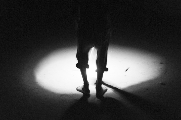 un pantalon photo de nuit haute lumière contraste technique grain argentique de Guy Monnet noir et blanc de la série rencontre nocturne