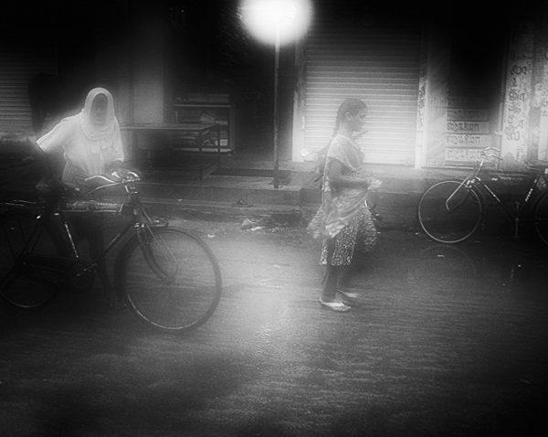 photo floue brume brouillard technique grain argentique de Guy Monnet noir et blanc de la série Tamil Nadu Tiruvannamalai Inde