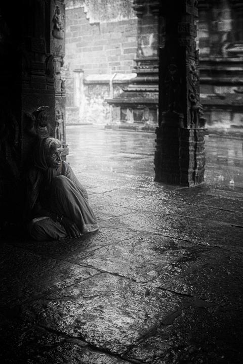 vieille dame assise temple photo contraste technique grain argentique de Guy Monnet noir et blanc de la série Tamil Nadu Tiruvannamalai Inde