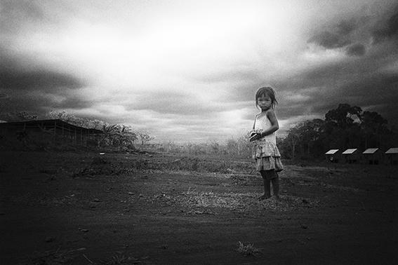 Photo haute lumière contraste noir et blanc technique grain argentique par Guy Monnet de la série cet chères tètes brune